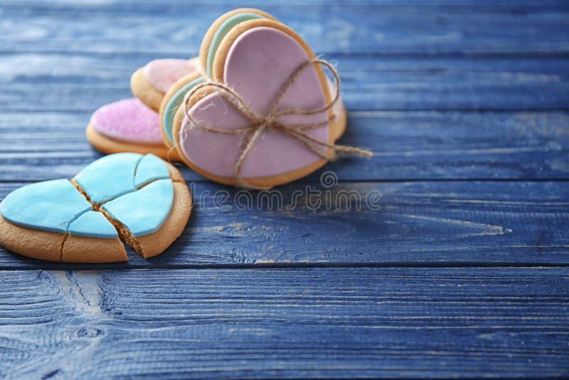 Biscuits en forme de coeur sur le fond en bois, images stock