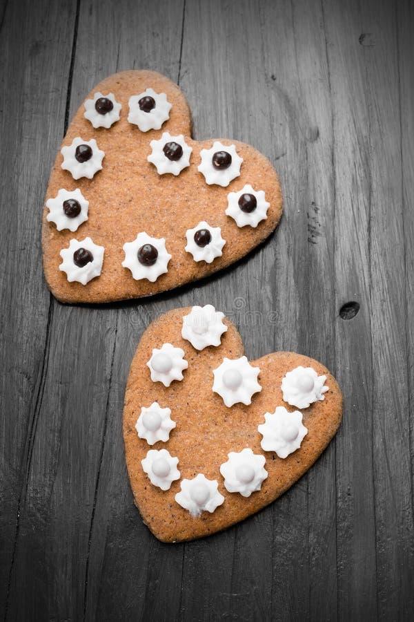 Biscuits en forme de coeur sur le fond en bois images libres de droits