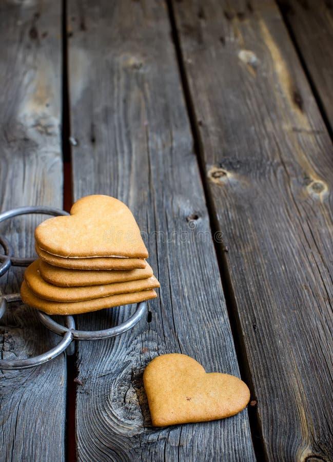 Biscuits en forme de coeur sur le fond en bois rustique image libre de droits