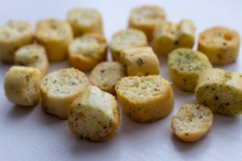 Biscuits et biscottes faits maison sur le fond blanc Pâtisserie savoureuse traditionnelle Boulangerie de dîner photo libre de droits