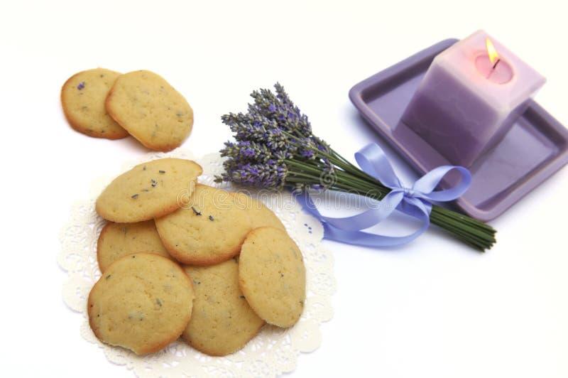 Biscuits et bougie de lavande photographie stock libre de droits
