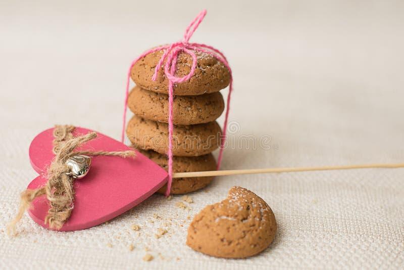 Biscuits et coeur rose sur un fond clair photos libres de droits