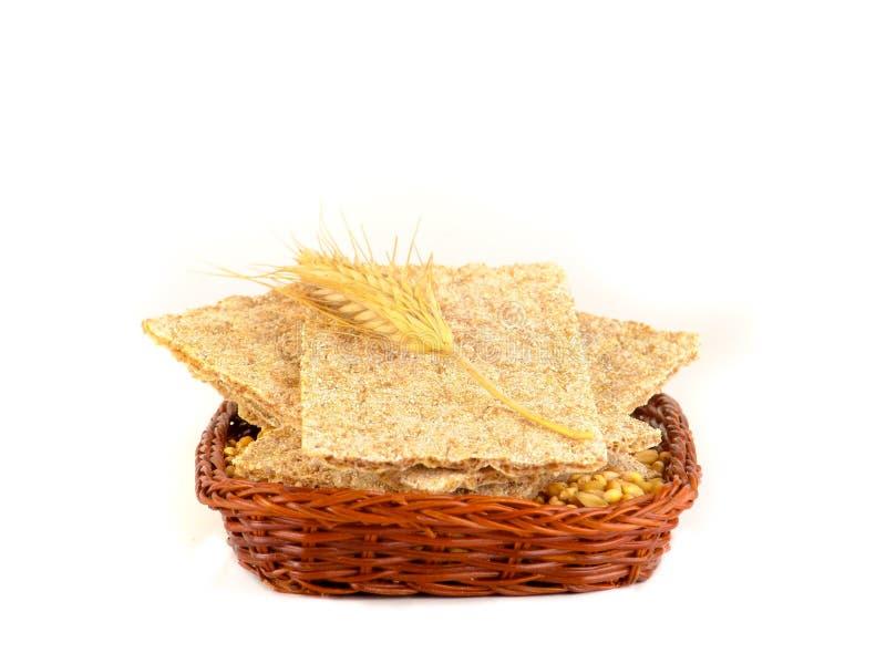 Biscuits, biscuits et grains de grain de blé sur le fond blanc image stock