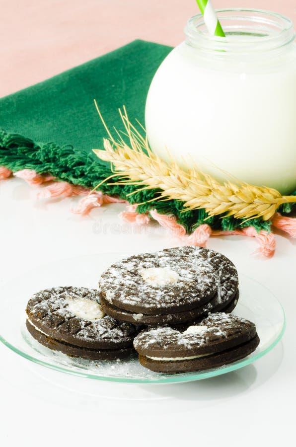 Biscuits et lait au petit déjeuner image libre de droits