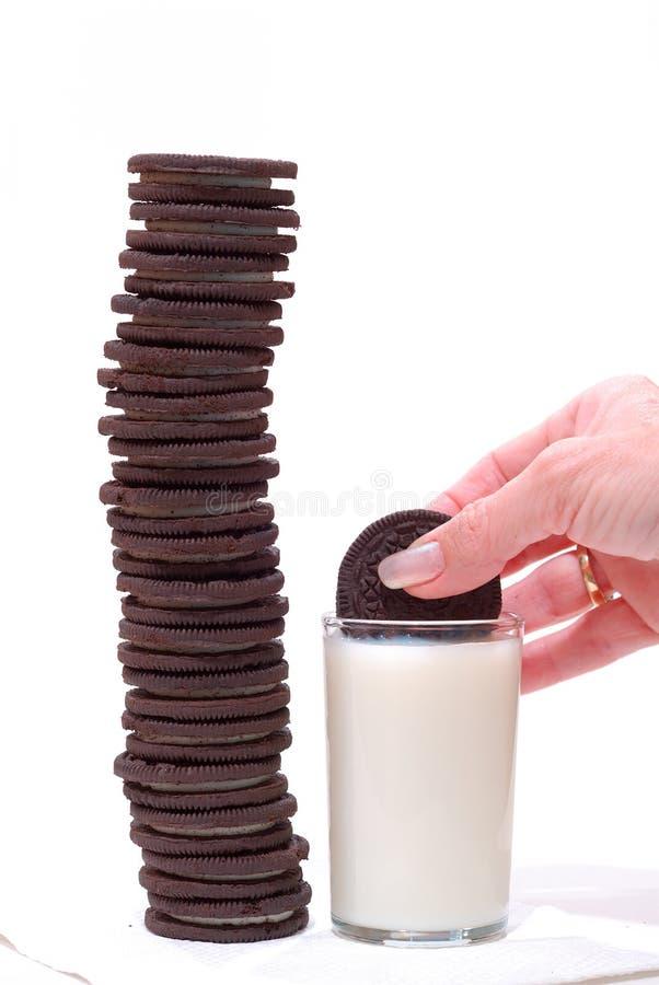Biscuits et lait de chocolat photo stock