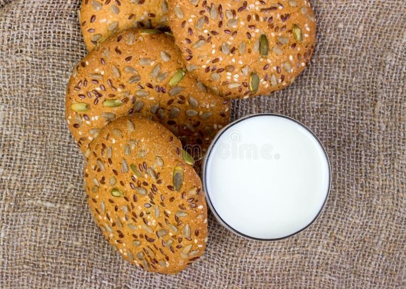 Biscuits et lait faits maison photo stock