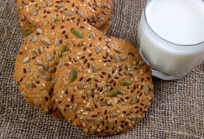Biscuits et lait faits maison images stock