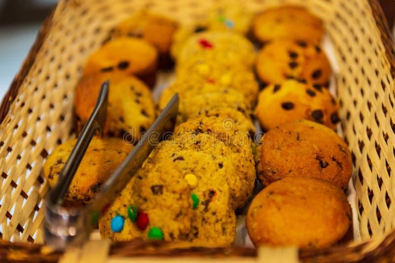 Biscuits et petits pains avec des puces de chocolat dans le panier en bois prêt à être servi photographie stock libre de droits