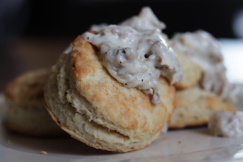 Biscuits et sauce au jus délicieux photo stock