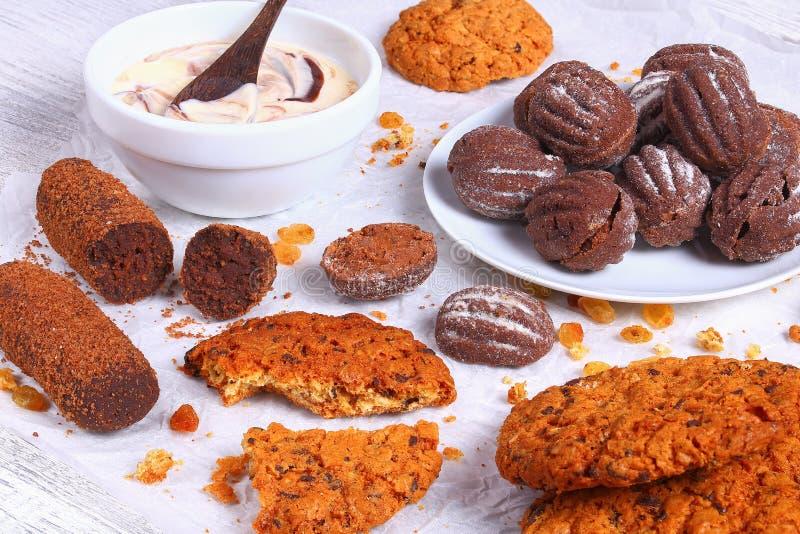 Biscuits et yaourt de farine d'avoine de puce de chocolat photo libre de droits