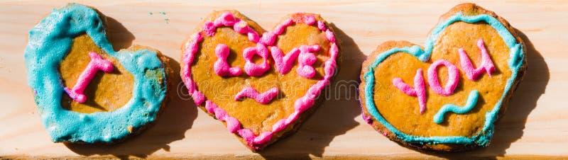 Biscuits fabriqués à la main de Saint-Valentin photo libre de droits