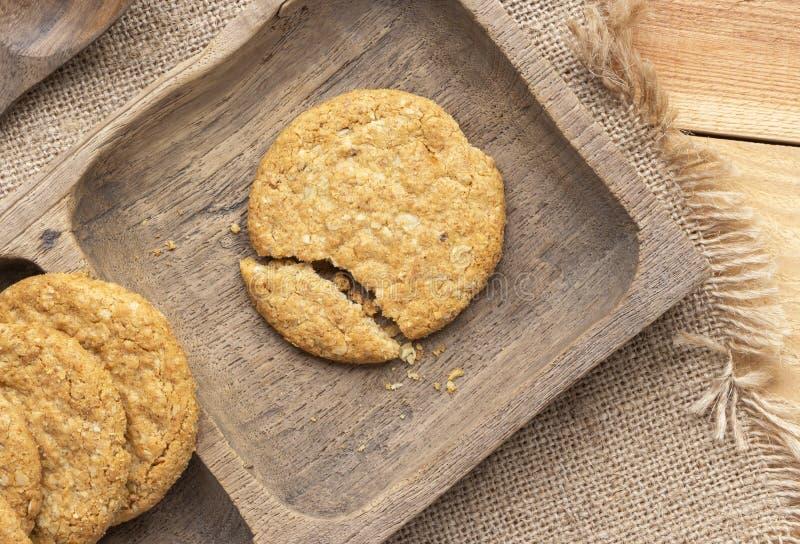 Biscuits faits maison à l'avoine et biscuits entiers sur plateau en bois brun Il s'agit d'un aliment riche en nutriments associé  photographie stock libre de droits