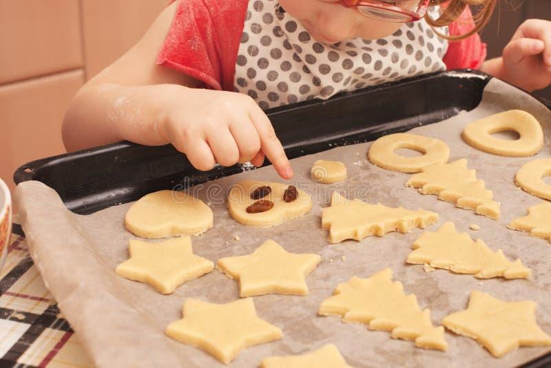Biscuits faits maison avec des raisins secs images stock