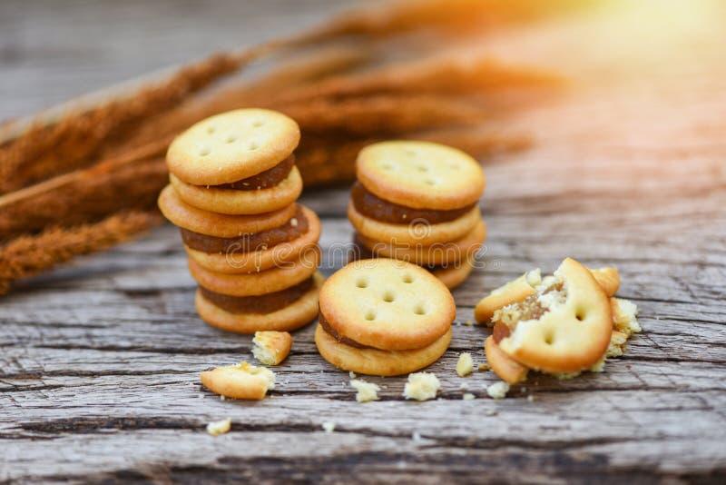 Biscuits faits maison avec l'ananas de confiture - biscuits de biscuits sur en bois pour le biscuit de casse-croûte photographie stock libre de droits