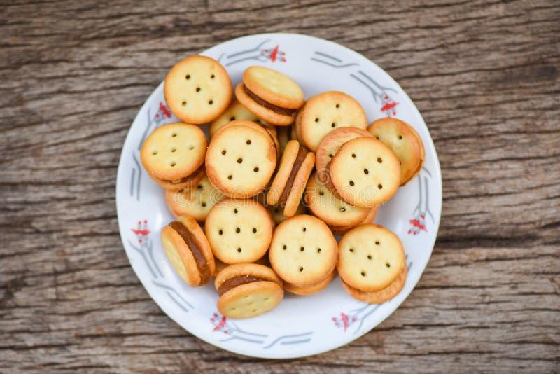 Biscuits faits maison avec l'ananas de confiture sur la table en bois - biscuits de biscuits de plat pour le biscuit de casse-cro images stock