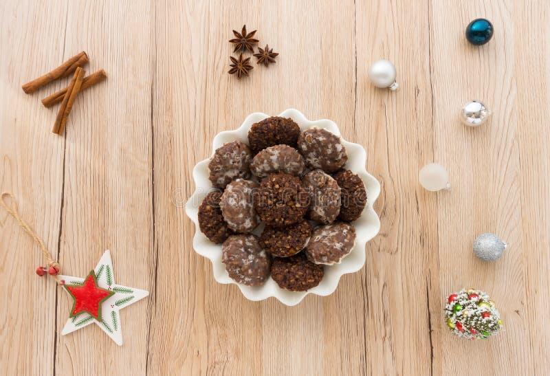 Biscuits faits maison avec la décoration de Noël images libres de droits