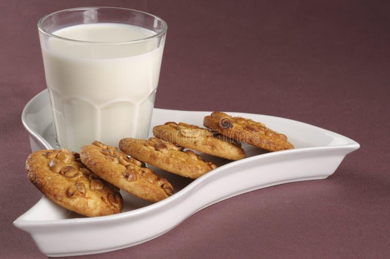 Biscuits faits maison avec les écrous et le lait photo stock