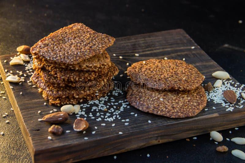 Biscuits faits maison avec les graines de sésame, les fruits secs et les bâtons de cannelle photo stock