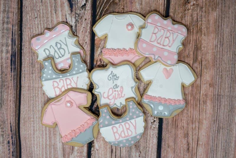 Biscuits faits maison décorés de fête de naissance pour un thème de fille photos stock