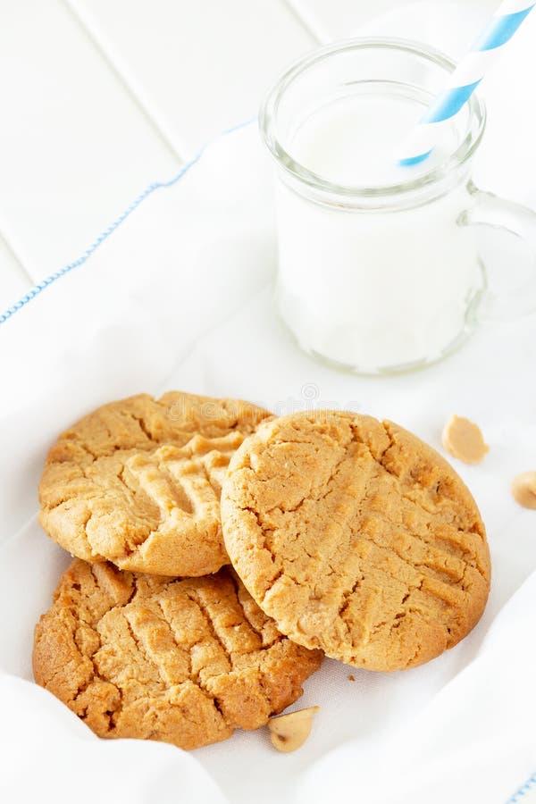 Biscuits faits maison délicieux de beurre d'arachide avec la tasse de lait blanc photographie stock