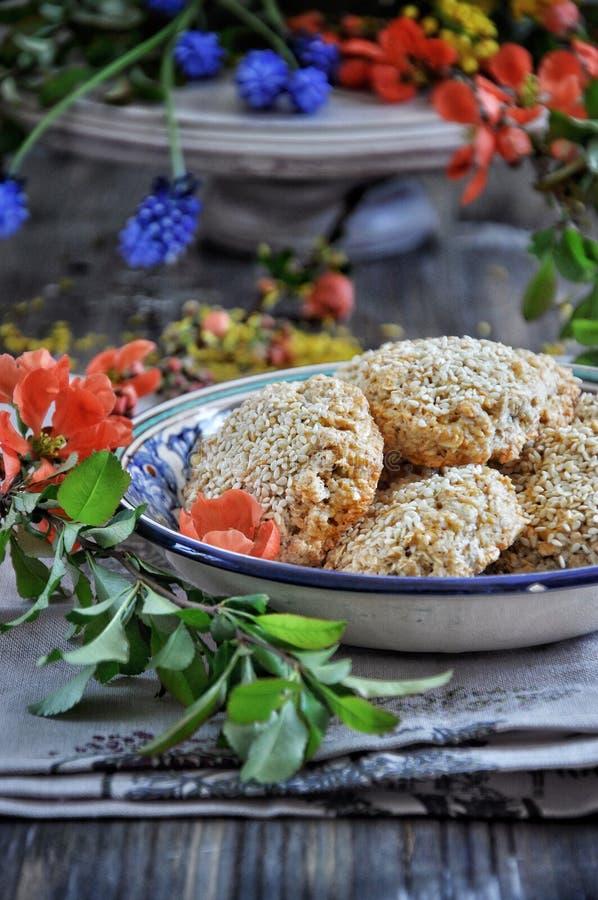 Biscuits faits maison d'avoine avec les graines de sésame photographie stock libre de droits