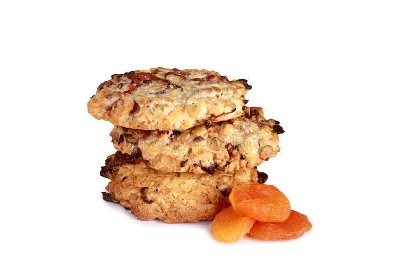 Biscuits faits maison de biscuits, avec les abricots secs d'isolement sur le blanc photos libres de droits