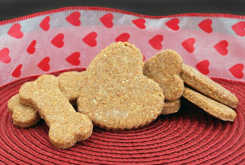 Biscuits faits maison de chien pour le jour du ` s de Valentine images libres de droits