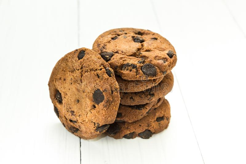 Biscuits faits maison de chocolat sur une table en bois blanche sous forme de pile images stock