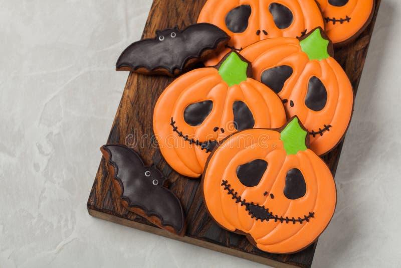 Biscuits faits maison de gingembre sous forme de potirons et battes Halloween Sur le fond concret plus clair Vue supérieure image libre de droits