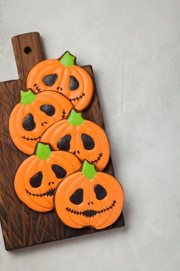 Biscuits faits maison de gingembre sous forme de potirons pour Halloween Sur le fond concret plus clair Vue supérieure photos libres de droits