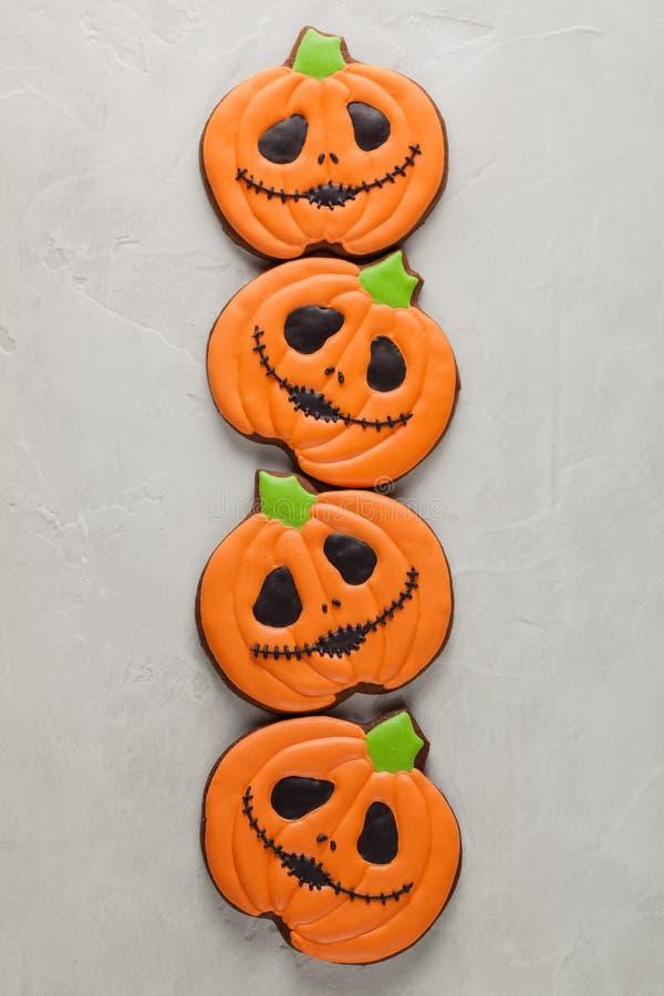Biscuits faits maison de gingembre sous forme de potirons pour Halloween Sur le fond concret plus clair Vue supérieure photographie stock libre de droits