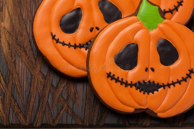 Biscuits faits maison de gingembre sous forme de potirons pour Halloween sur le fond en bois Vue supérieure images libres de droits