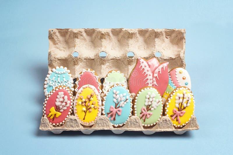Biscuits faits maison de pain d'épice dans la forme des oeufs de pâques dans un plateau image libre de droits