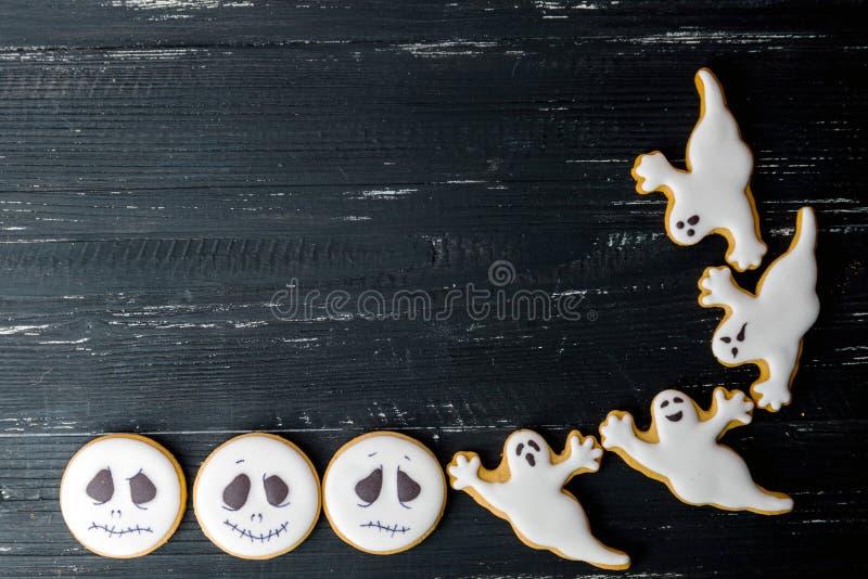 Biscuits faits maison de pain d'épice de Halloween au-dessus de table en bois photographie stock libre de droits