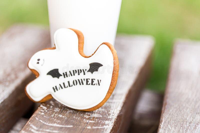 Biscuits faits maison de pain d'épice et de miel de Halloween comme gho blanc photographie stock