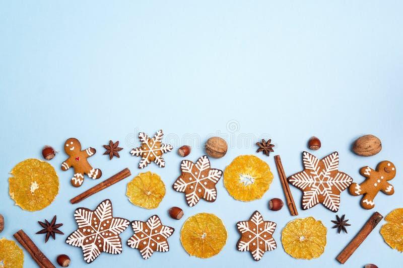 Biscuits faits maison de pain d'épice de Noël avec l'orange et les épices dessus image stock
