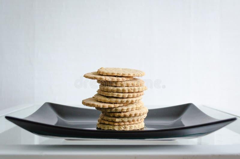 Biscuits faits maison de plat noir photo stock