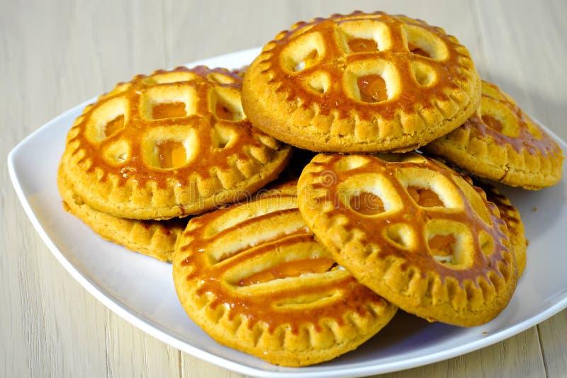 Biscuits faits maison frais avec le fromage d'abricot et blanc sec d'un plat blanc images libres de droits