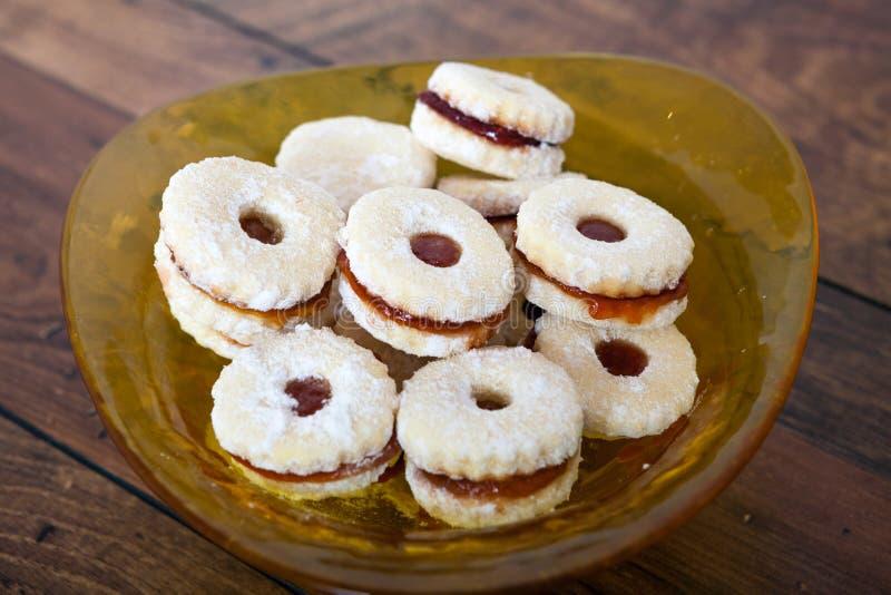 Biscuits faits maison remplis de la confiture de fraise images libres de droits
