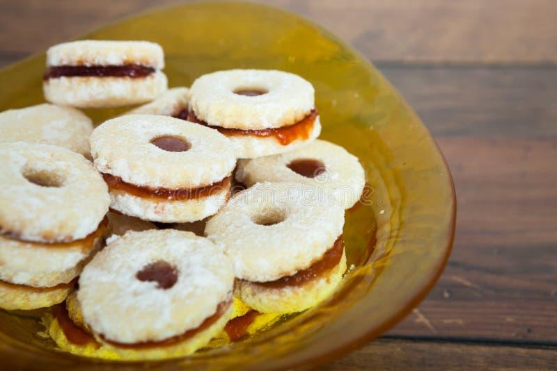 Biscuits faits maison remplis de la confiture de fraise photos stock