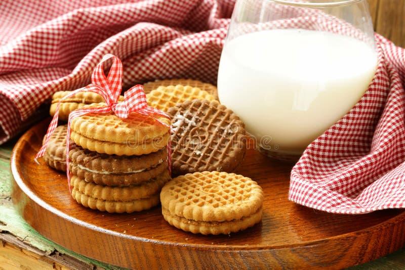 Biscuits faits maison (sandwich) avec du lait photo stock