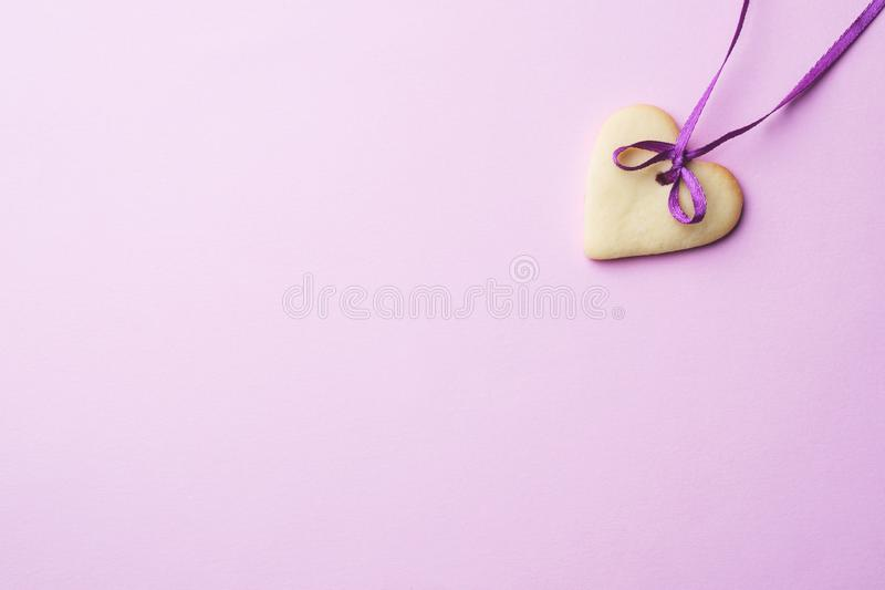 Biscuits faits maison sous forme de coeur sur un fond rose en pastel Copiez l'espace jour du ` s de Valentine de concept photos libres de droits
