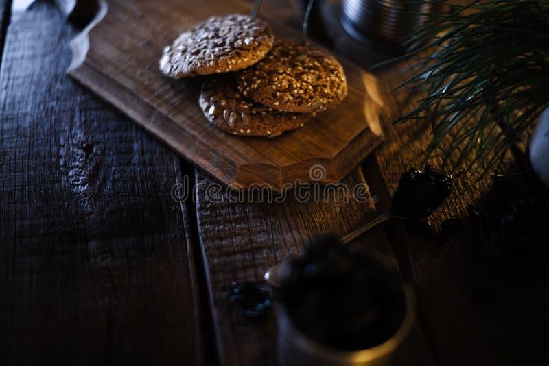 Biscuits faits maison sur un vieux fond en bois image stock