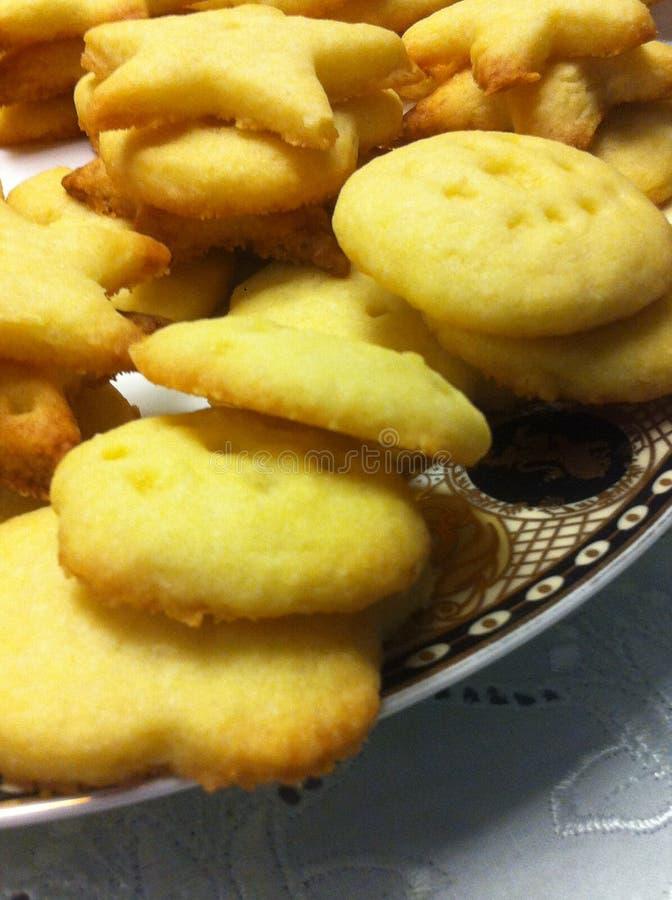Biscuits faits par la maman et l'enfant photos stock