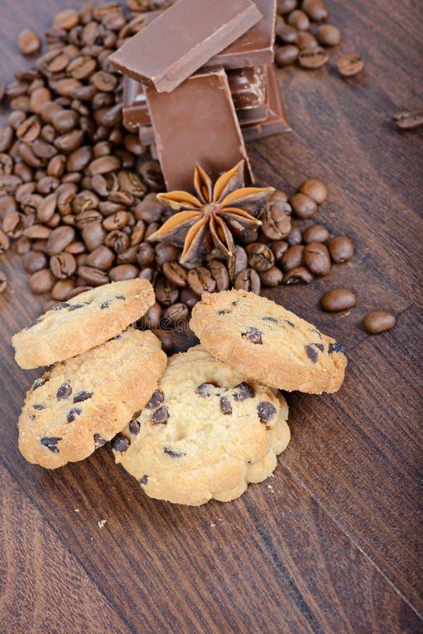Biscuits, grains de café, anis et chocolat image libre de droits