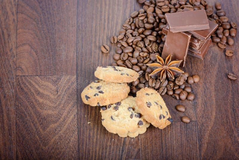Biscuits, grains de café et chocolat photos stock