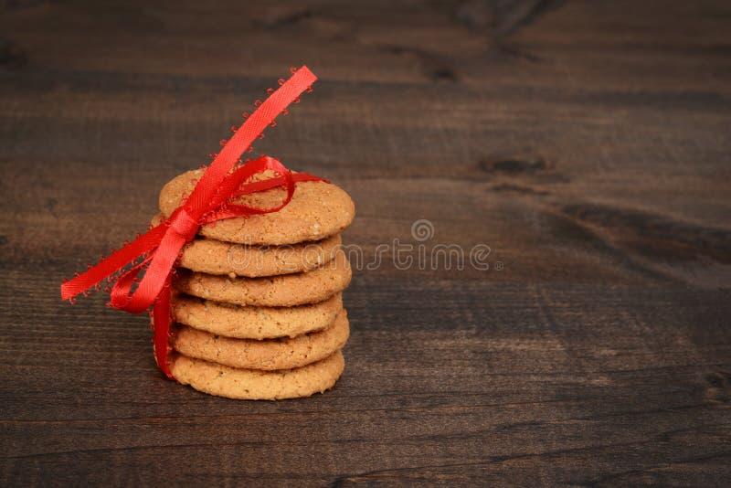 Biscuits instantanés de gingembre avec l'arc rouge photos libres de droits