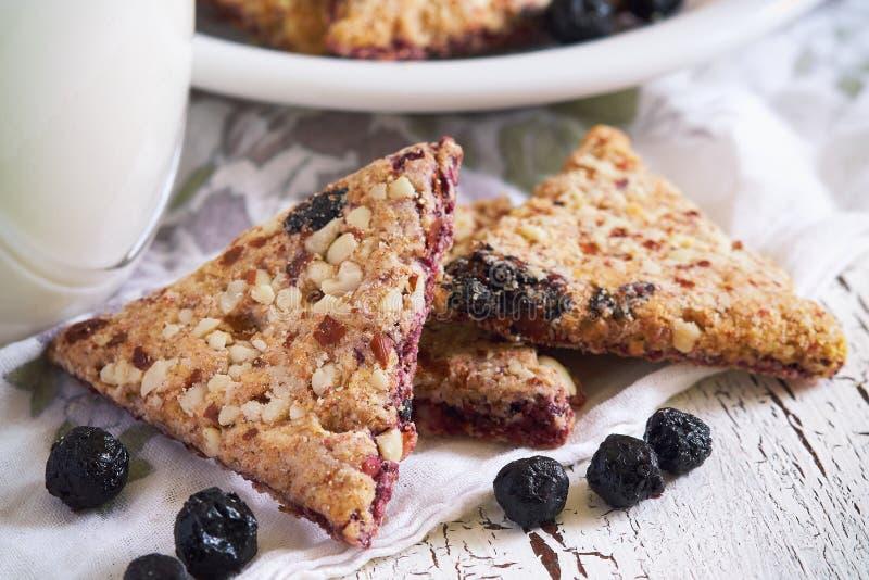 Biscuits intégraux avec le fruit d'aronia photos stock