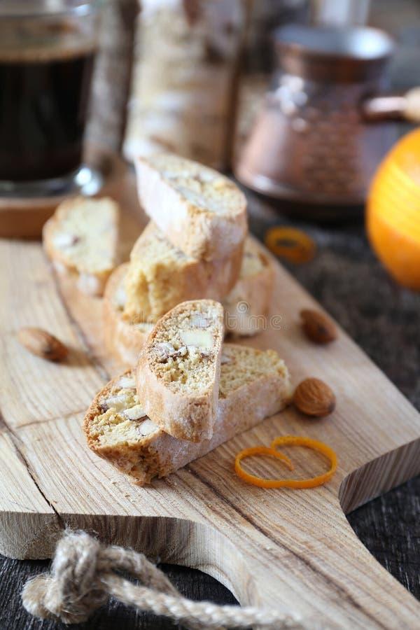 Biscuits italiens : cantuccini d'amande avec la peau d'orange et la tasse de café photo libre de droits