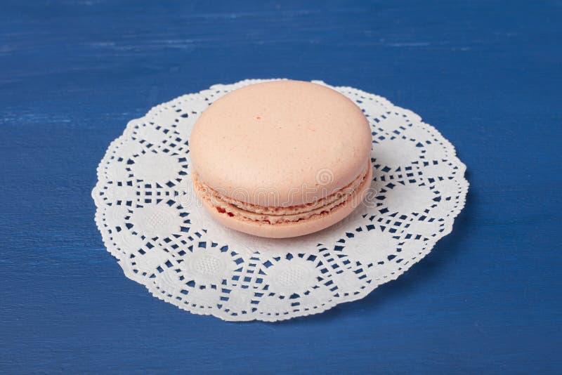Biscuits, macaronis sur une serviette blanche images stock